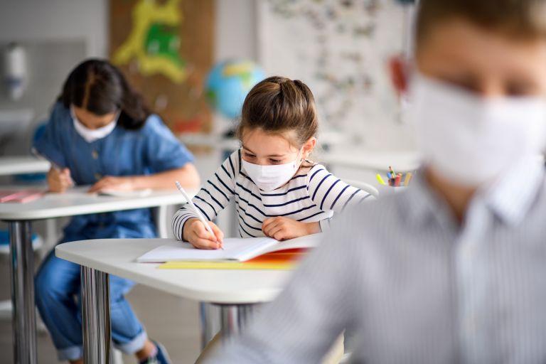 Υπεγράφη η απόφαση για προμήθεια μασκών σε μαθητές και καθηγητές | vita.gr