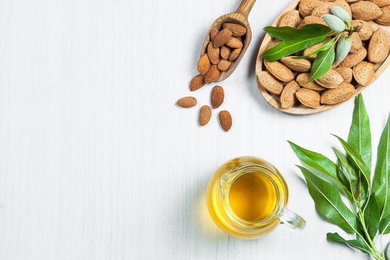 Αμυγδαλέλαιο: Ένα φυσικό καλλυντικό με πολλαπλές χρήσεις | vita.gr