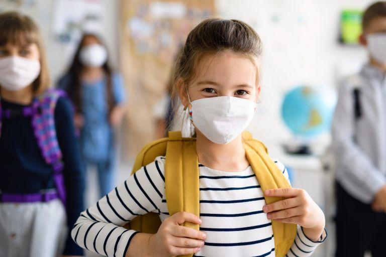 Σχολεία: Ποιες μάσκες είναι κατάλληλες – Πώς πρέπει να τις χρησιμοποιούν οι μαθητές | vita.gr