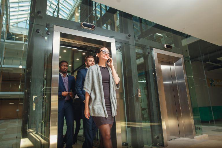 Κοροναϊός: Σε πόση ώρα είναι ασφαλής η χρήση του ασανσέρ αφού βήξει κάποιος; | vita.gr