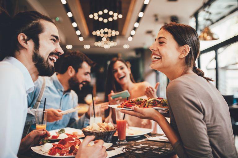 Κοροναϊός: «Παραμονεύει» ακόμα και σε συναθροίσεις με λίγα άτομα | vita.gr