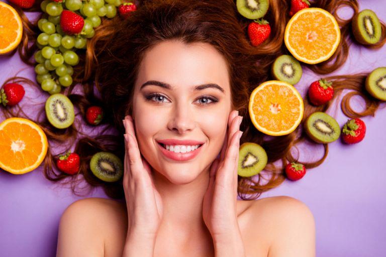 Ποιες τροφές να αποφεύγουμε και ποιες να επιλέγουμε για νεανικό δέρμα | vita.gr