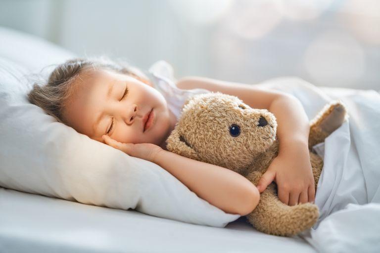 Μαθαίνοντας στο παιδί να κοιμάται μόνο του | vita.gr