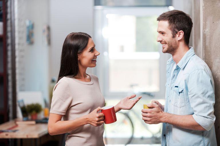 Κοροναϊός: Πόσο μακριά φτάνουν τα σταγονίδια όταν συζητάμε; | vita.gr