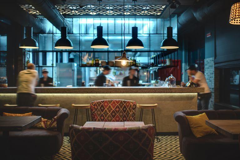 Κοροναϊός: Πώς εξαπλώνεται σε ένα δωμάτιο, ένα μπαρ ή εστιατόριο | vita.gr
