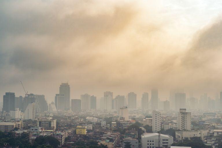 Νέα μελέτη: Η ρύπανση της ατμόσφαιρας συνδέεται με τους αυξημένους θανάτους από κοροναϊό | vita.gr