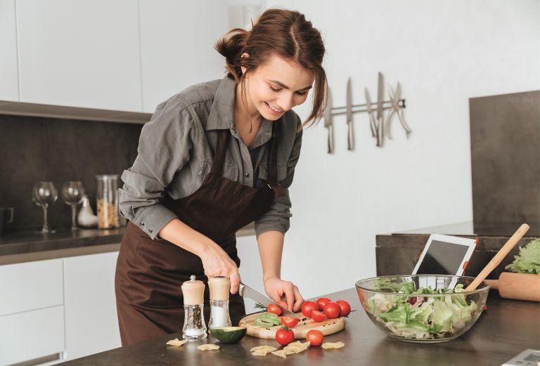 Πώς γλιτώνουμε θερμίδες μαγειρεύοντας | vita.gr