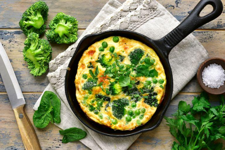 Χορταστική ομελέτα με μπρόκολο και σπανάκι | vita.gr