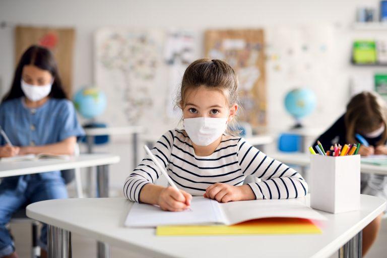 Νέα έρευνα: Τα παιδιά παράγουν πιο εξασθενημένα αντισώματα γιατί «καθαρίζουν» τον κοροναϊό πιο εύκολα | vita.gr