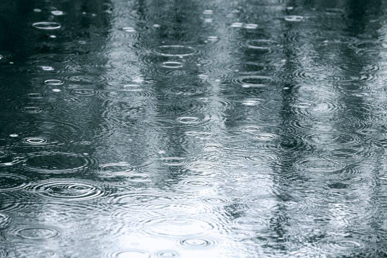 «Χαλάει» ο καιρός: Βροχές, καταιγίδες αλλά και χαλάζι   vita.gr