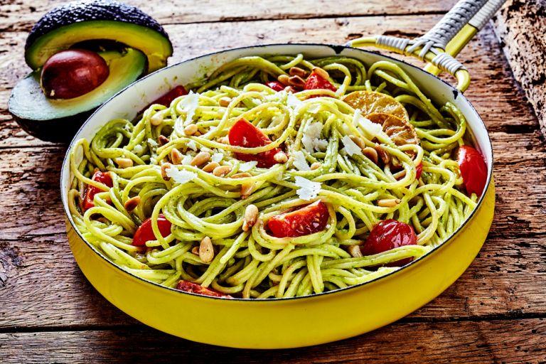 Ζυμαρικά με αβοκάντο, ντομάτες και λάιμ | vita.gr