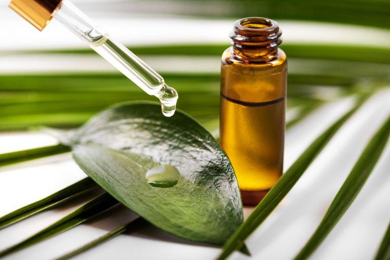 Tea tree oil: Η φυσική λύση στα σπυράκια   vita.gr