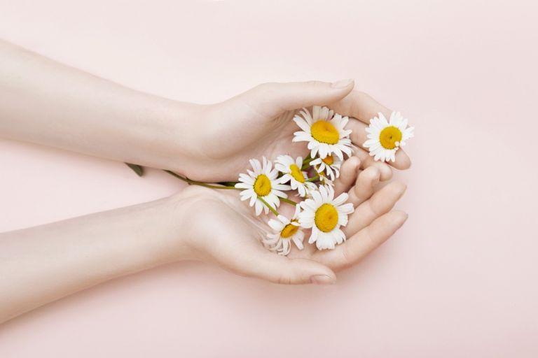 Χαμομήλι: Ένα φυσικό καλλυντικό στο ντουλάπι μας | vita.gr