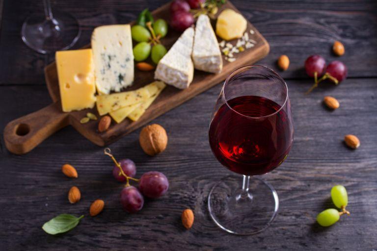 Κρασί και τυρί για να.. διατηρήσετε «νέο» τον εγκέφαλο | vita.gr