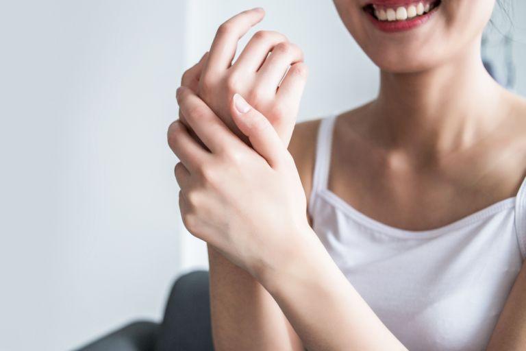 Η σπιτική θεραπεία που θα κάνει τα χέρια μας πιο απαλά από ποτέ | vita.gr