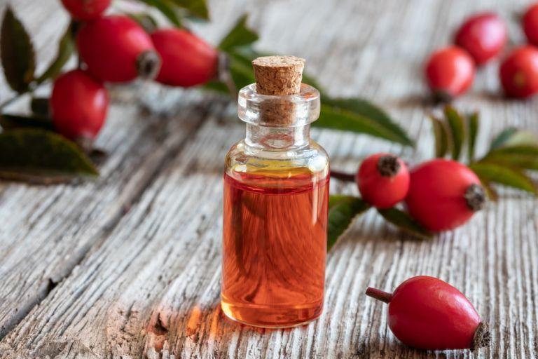 Rosehip oil: Γιατί είναι ένα από τα καλύτερα αντιγηραντικά έλαια; | vita.gr