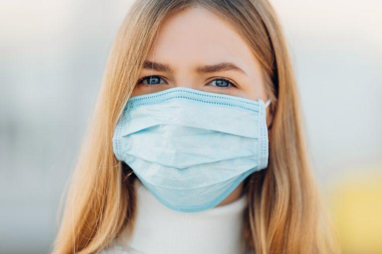 Κοροναϊός: Υπό εξέταση το ενδεχόμενο υποχρεωτικής χρήσης της διπλής μάσκας | vita.gr