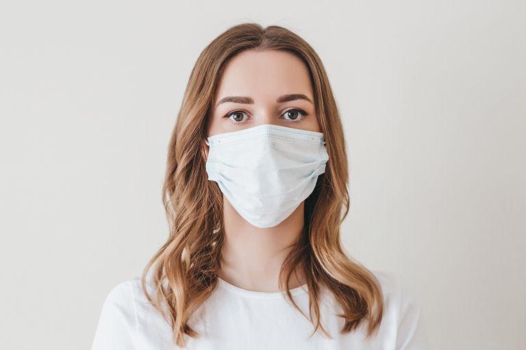 Κοροναϊός : Υπό εξέταση το σενάριο για χρήση διπλής μάσκας | vita.gr