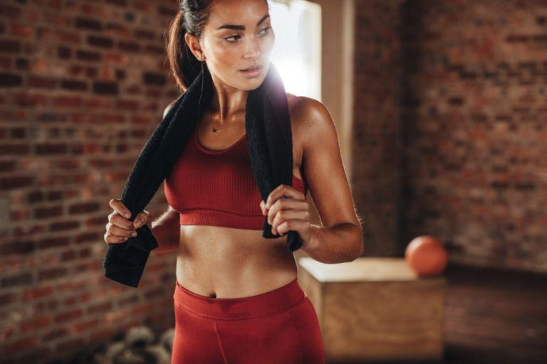Abs workout: Γυμνάστε την κοιλιά σας από όρθια θέση | vita.gr