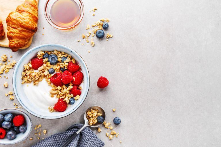 Breakfast bowl με γιαούρτι, φρούτα και βρώμη | vita.gr