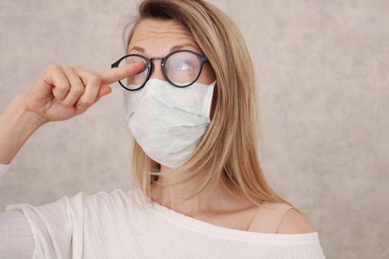 Φοράτε μάσκα με γυαλιά; Οι αποτελεσματικοί τρόποι για να μην θολώνουν | vita.gr