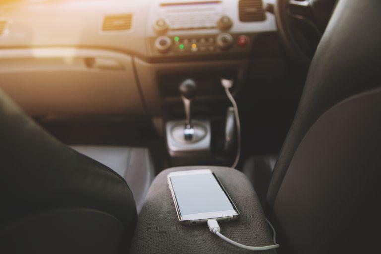 Κινητό: Γιατί δεν πρέπει να το φορτίζετε στο αυτοκίνητο; | vita.gr