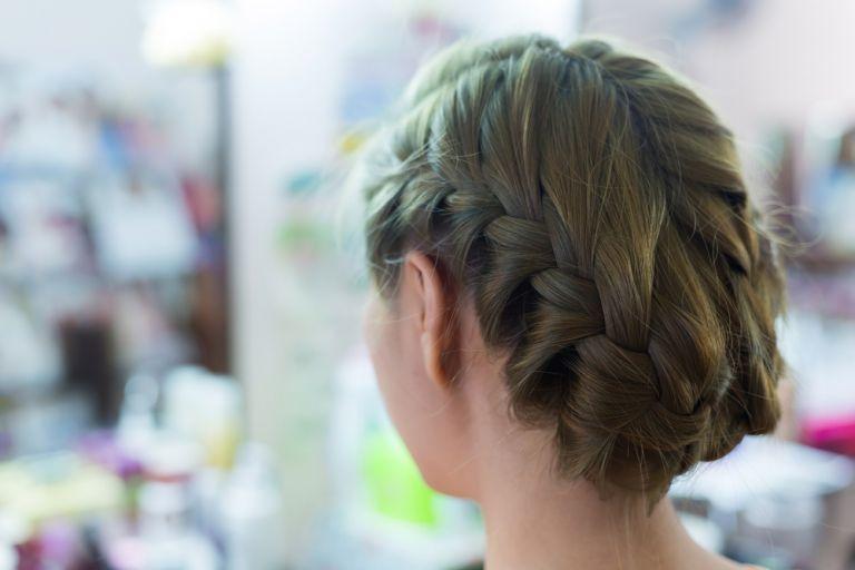 Μαλλιά: To εύκολο, γαλλικό σινιόν που θα λατρέψετε | vita.gr