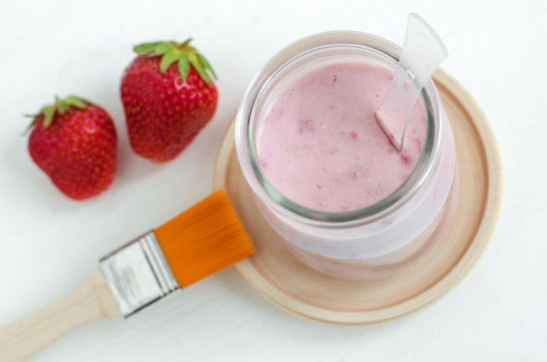DIY συνταγές ομορφιάς με φράουλες για λάμψη και φωτεινό χαμόγελο | vita.gr