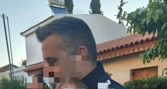 Γλυκά Νερά – Εικόνα γροθιά στο στομάχι: Το 11 μηνών μωρό στην αγκαλιά του αστυνομικού μετά το έγκλημα | vita.gr