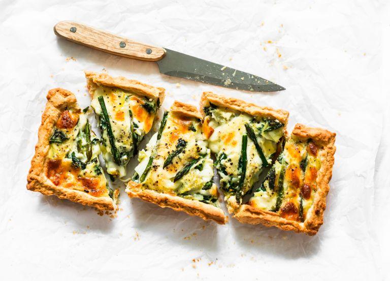 Τάρτα με σπαράγγια και τυριά | vita.gr