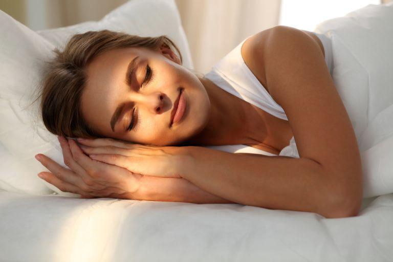 Καλοκαίρι: tips για καλύτερο ύπνο όταν η θερμοκρασία ανεβαίνει   vita.gr