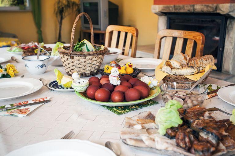 Συστάσεις και μέτρα για εκκλησίες, γιορτινό τραπέζι και μετακινήσεις | vita.gr
