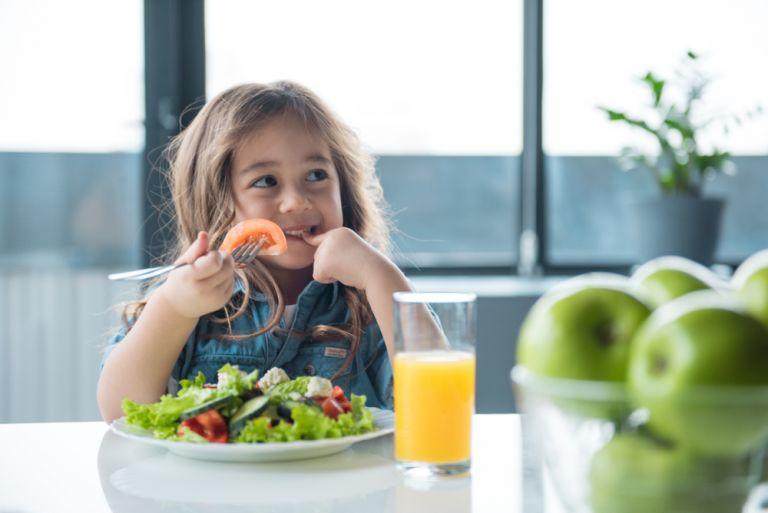 Πώς θα μάθουμε στο παιδί να κάνει υγιεινές διατροφικές επιλογές | vita.gr