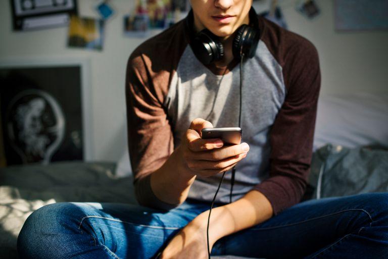 Ερευνα: Πώς επηρεάζει η συχνή χρήση smartphone τη διατροφή των εφήβων | vita.gr