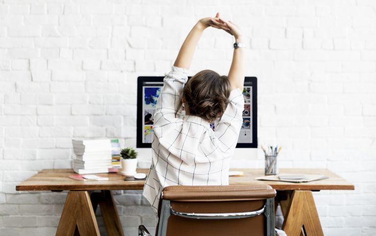 Stretching ασκήσεις που μπορείτε να κάνετε στην θέση σας   vita.gr