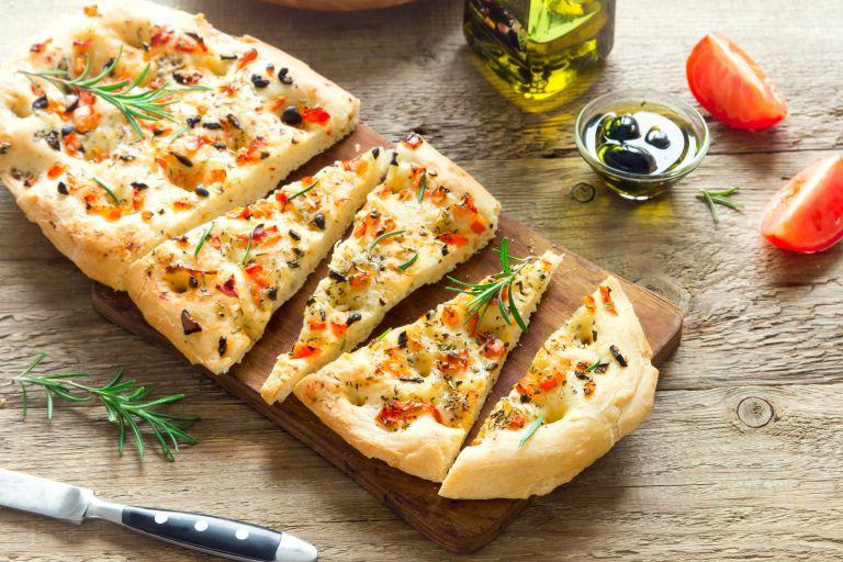 Focaccia και cavatappi με λουκάνικο | vita.gr