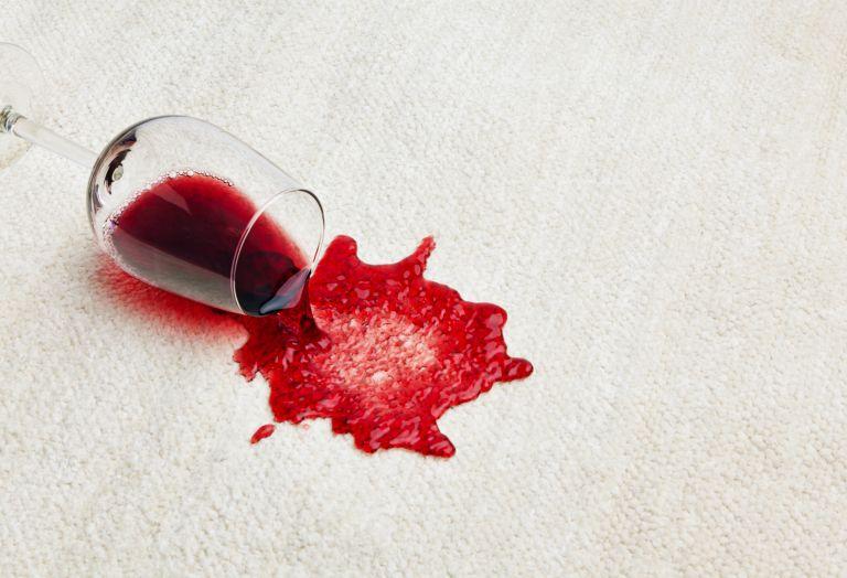 Χύθηκε κόκκινο κρασί; Τα μυστικά για να το αφαιρέσετε εύκολα | vita.gr