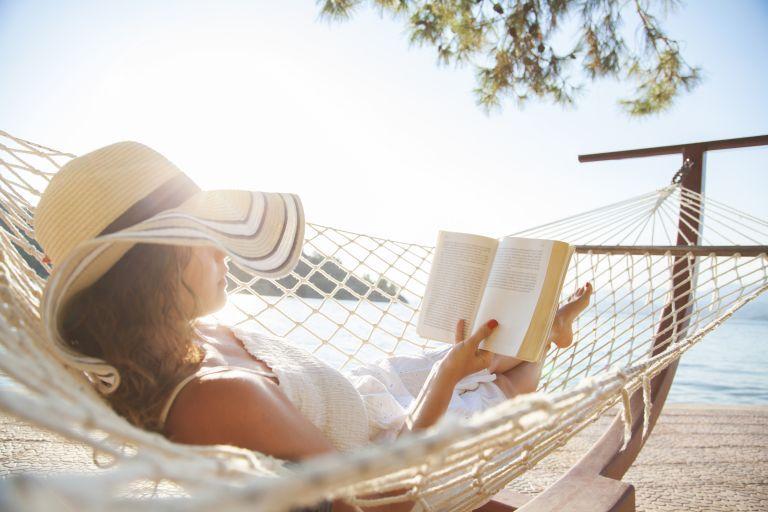 Βιβλία στις διακοπές: Έτσι θα τα συνδυάσετε σωστά | vita.gr