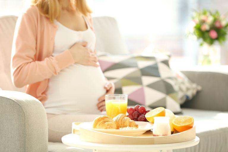 Εγκυμοσύνη – Σε ποιες τροφές να δώσετε προτεραιότητα και ποιες να αποφεύγετε | vita.gr