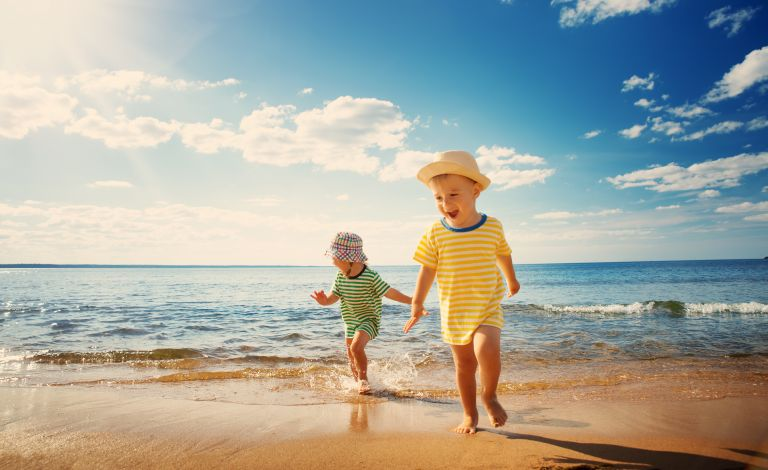Διασκέδαση κάτω από τον ήλιο: Έτσι θα προφυλάξουμε το παιδί   vita.gr