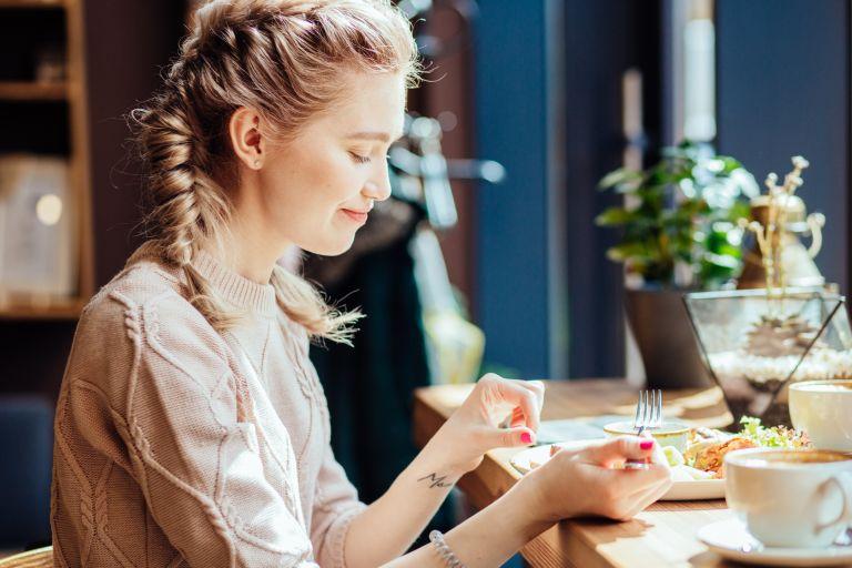 Έτσι θα φάτε λιγότερο ενώ τρώτε έξω | vita.gr