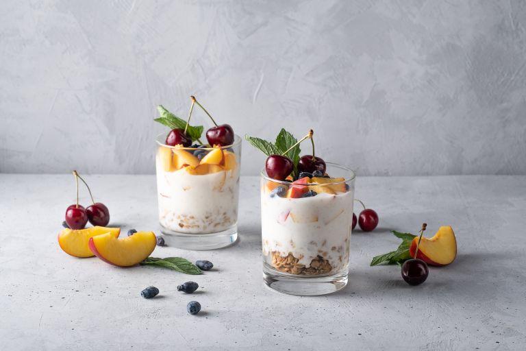 Καλοκαιρινή μους γιαουρτιού με φρούτα | vita.gr