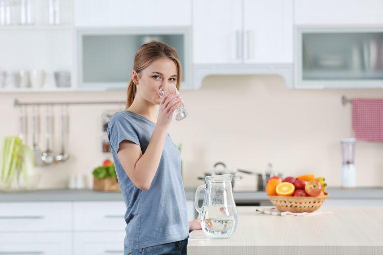 Νερό: Πόσα ποτήρια πρέπει να πίνουμε για κάθε 30 λεπτά έξω στον καύσωνα | vita.gr
