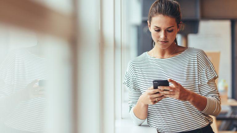 Πώς θα καταφέρουμε να «ξεκολλήσουμε» από το κινητό; | vita.gr