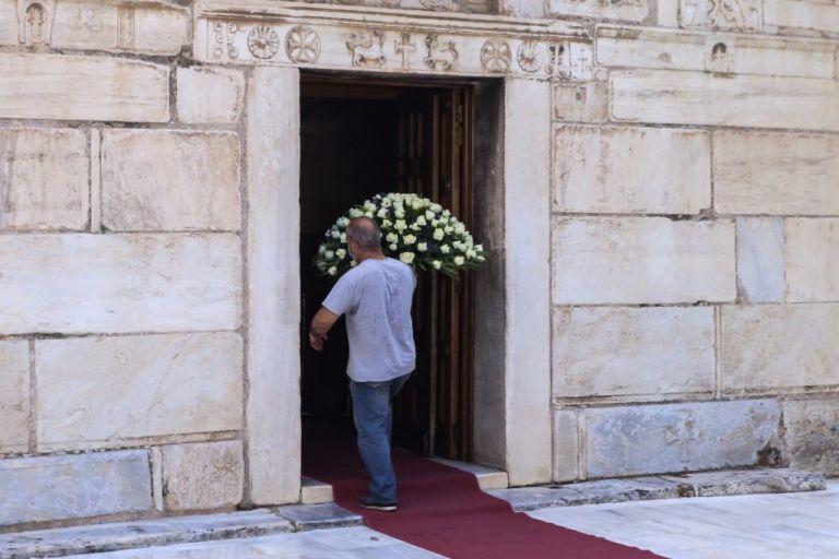 Μίκης Θεδωράκης – Κοσμοσυρροή στο λαϊκό προσκύνημα στη σορό του | vita.gr