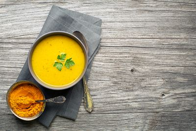 Θρεπτική σούπα λαχανικών με κουρκουμά | vita.gr
