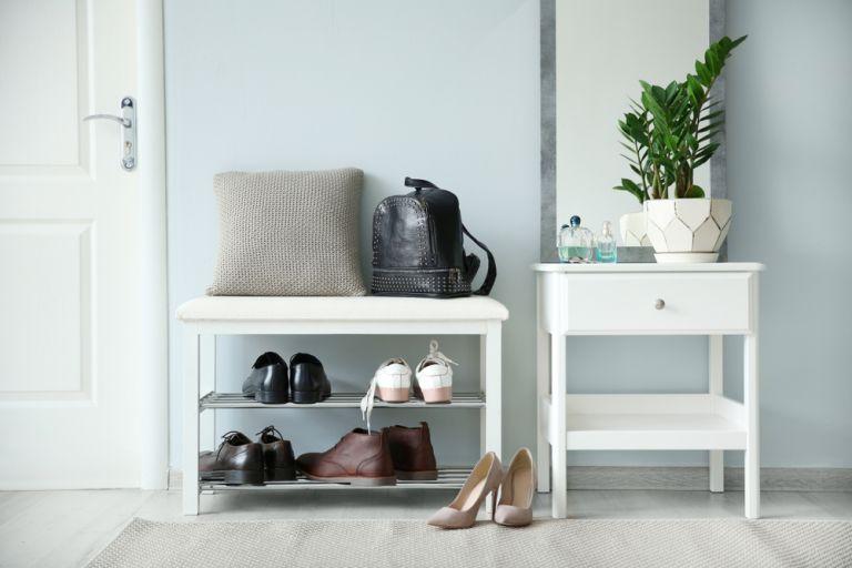 Γιατί πρέπει να βγάζουμε τα παπούτσια μας στο σπίτι   vita.gr