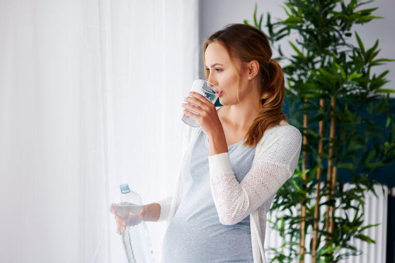 Γιατί πρέπει να πίνετε περισσότερο νερό στην εγκυμοσύνη | vita.gr