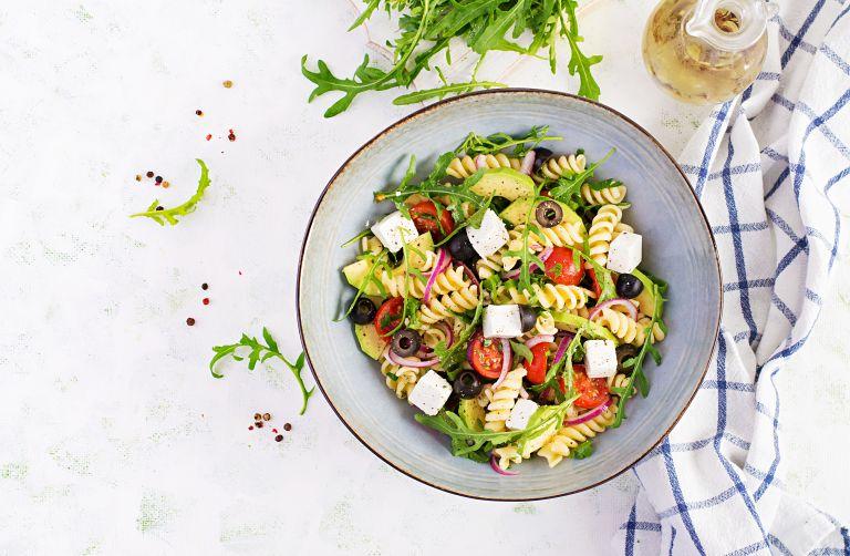 Χωριάτικη σαλάτα με ζυμαρικά   vita.gr