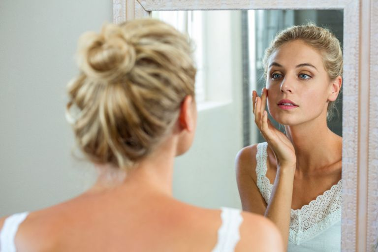 Makeup tips – Πώς θα «σβήσουμε» τους μαύρους κύκλους;   vita.gr
